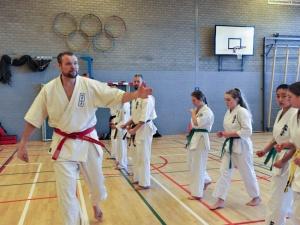 Demonstratieles Sem Schilt bij opening karateschool Delfzijl
